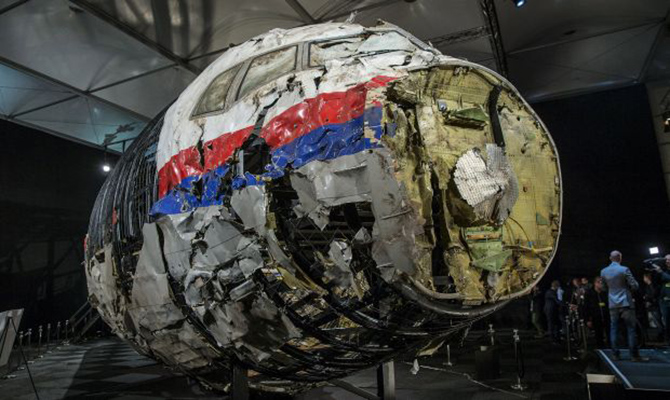 The reconstructed wreckage of the MH17 airplane is seen after the presentation of the final report into the crash of July 2014 of Malaysia Airlines flight MH17 over Ukraine, in Gilze Rijen, the Netherlands, October 13, 2015.  REUTERS/Michael Kooren               SEARCH - PICTURES OF THE YEAR 2015 - FOR ALL IMAGES      TPX IMAGES OF THE DAY