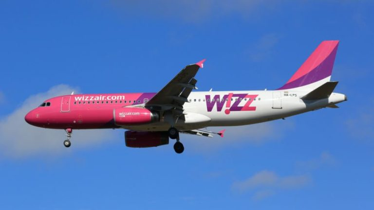 Wizzair Airbus A320 Flugzeug Keflavik, Island - 2. Juli 2017: Ein Airbus A320 der Wizzair mit dem Kennzeichen HA-LPS landet auf dem Flughafen Reykjavik Keflavik (KEF) in Island. *** Wizz Air Airbus A320 plane Keflavik Iceland 2 July 2017 an Airbus A320 of Wizz Air with the designation HA LPS lands on airport Reykjavik Keflavik KEF in Iceland